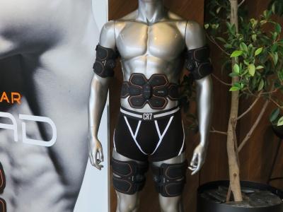 家庭用EMS機器「SIXPAD」シリーズの「フルベルトセット」を身に着けるマネキン