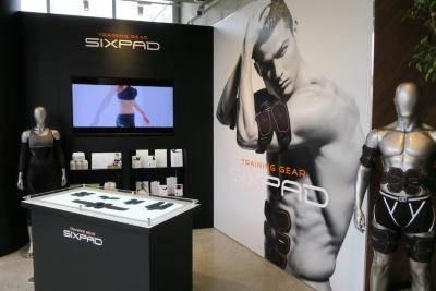 家庭用EMS機器「SIXPAD」は、ショールームを兼ねたジムのエントランスで販売されている