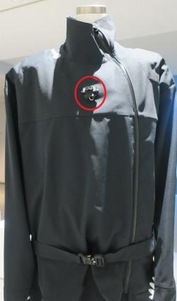 服の前方に取り付けられた「距離センサー」(赤丸の部分)。初代のecho wearより、かなり小型になった