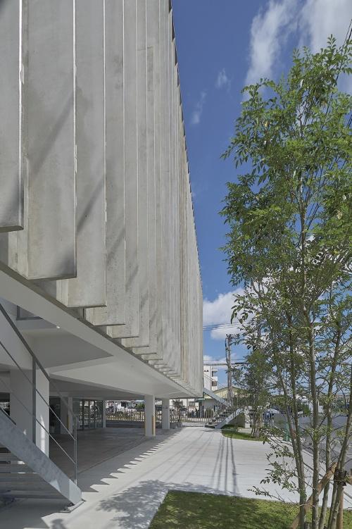 縦ルーバーのディテール。外部に向かって断面寸法を絞っており、室内側の端部で厚さ50mm、室外側の端部で同26~28mm(写真:細矢 仁)