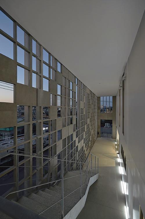 外周のルーバーは回廊の足元に埋め込んだLED照明で照らし出す(写真:細矢 仁)