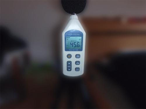 寝室で騒音レベルを測定している様子(写真:INDI)