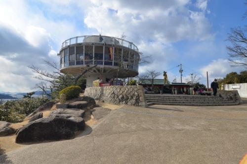 広島県尾道市の千光寺公園にある築60年の現展望台。設計は佐藤武夫。階段で展望スペースに上がると、尾道市の市街地や瀬戸内海に浮かぶ島々が遠くまで見渡せる(写真:日経アーキテクチュア)