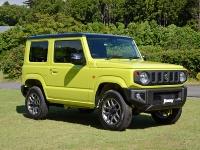 軽自動車ジムニーの外観。車両寸法は全長3395×全幅1475mm×全高1725mmで、先代に比べて全高を45mm高くした。