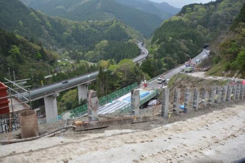 斜面から見下ろした立川橋。手前に見えるのが流向制御工の一部となるH形鋼。完成段階ではH形鋼を溶接でさらに継ぎ足して、もう少し高くなる予定。強靭ワイヤネットの設置前(写真:日経コンストラクション)