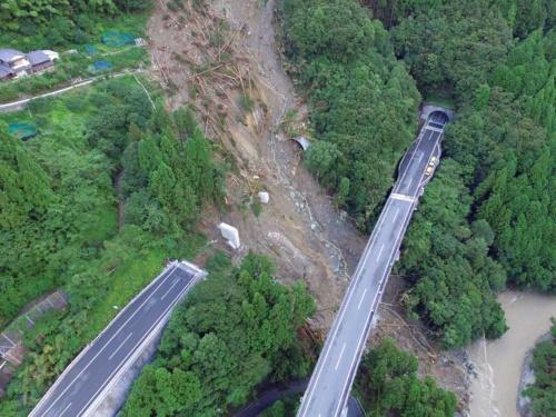 左の上り線の橋桁が流失し、2本の橋脚が斜面上に残る。その先に見えるのは全長780mの立川トンネルの南側坑口。崩れた土砂が坑口の大半を塞いでいる(写真:都築 安和)