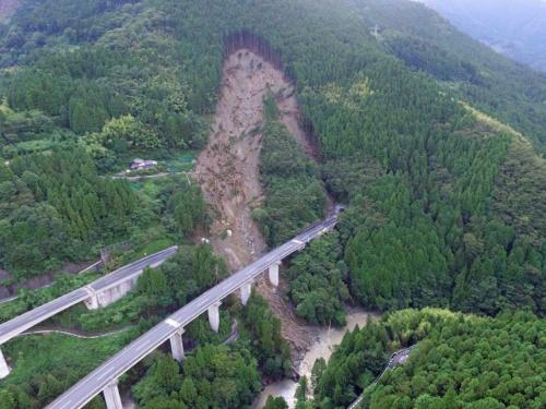 斜面崩壊によって上り線の立川橋が流失した高知道の現場。ドローンで南東上空から撮影した。写真手前の下り線は斜面から離れており、無事だった。下は立川川(写真:都築 安和)