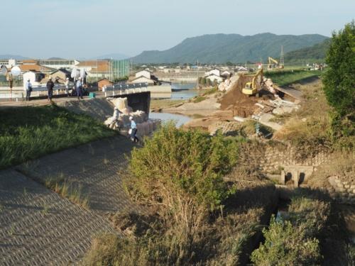 小田川の堤防決壊現場。復旧工事が進められていた(写真:日経アーキテクチュア)
