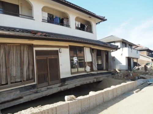 倉敷市真備町地区の住宅被害。基礎下の土砂が濁流によって削り取られ、支えを失った建物が弓なりに反っていた(写真:日経アーキテクチュア)