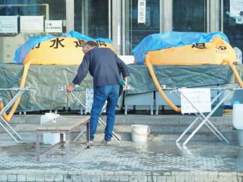 倉敷市役所真備支所では給水装置が置かれて被災住民への給水活動が行われていた(写真:日経アーキテクチュア)