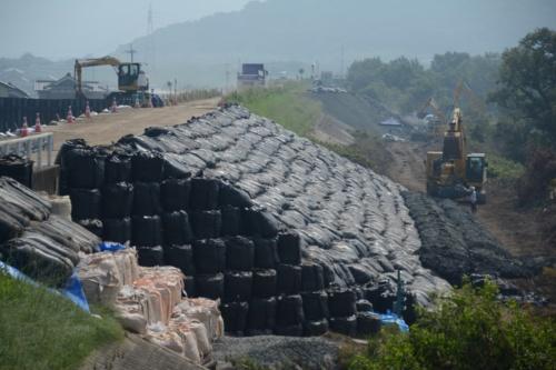 小田川左岸の破堤箇所を上流側から撮影。高梁川との合流部から3.4km上流。7月15日に堤防の締め切り盛り土の施工が完了した(写真:日経コンストラクション)