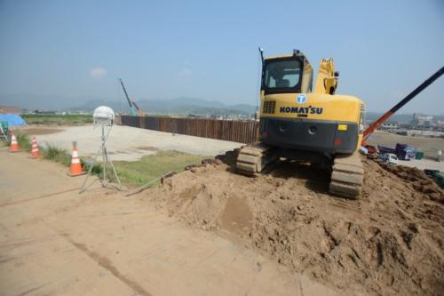 小田川左岸の破堤部を盛り土で復旧した場所から住宅地側を見る。二重締め切りで堤防を補強していた(写真:日経コンストラクション)