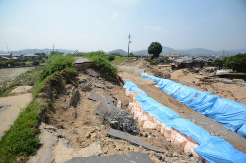 末政川の決壊現場。上流側から撮影(写真:日経コンストラクション)