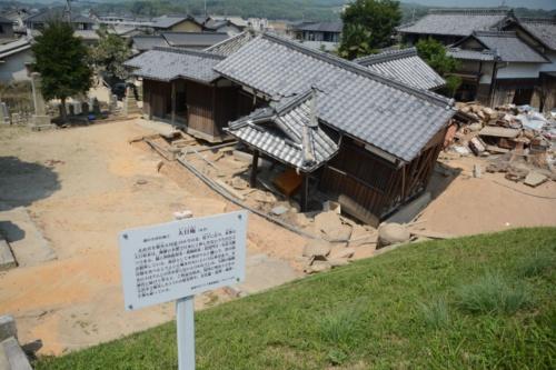 明治13年の大洪水で被災した33人の慰霊塔がある名所旧跡の「大日庵」は、基礎が洗い流されて、傾いていた(写真:日経コンストラクション)