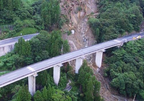 奥が上り線。橋桁は下り線(手前)の橋脚の間をすり抜けて谷底へ落下したとみられる(写真:都築 安和)