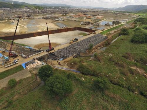 決壊した小田川左岸の堤防の応急復旧状況。7月21日撮影(写真:国土交通省)