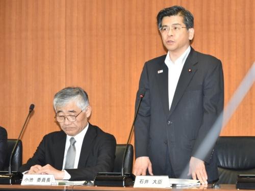水災害対策検討小委員会の冒頭であいさつする石井国土交通大臣。左は小池委員長(写真:日経コンストラクション)