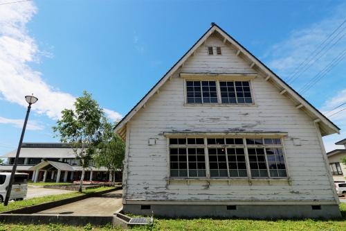 旧雪調庁舎の妻面。左奥が「雪の里情報館」の本館に相当する棟(撮影:日経 xTECH)