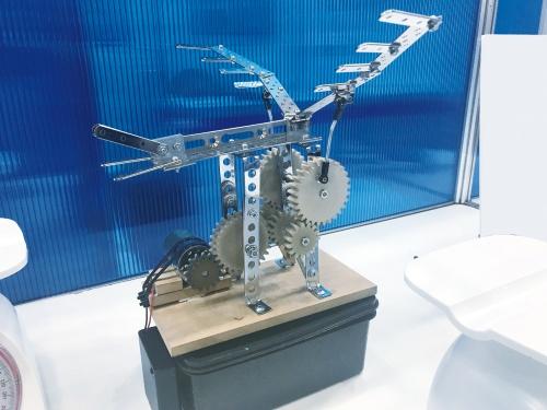 図2 100%CNF製歯車を使った羽ばたき機械