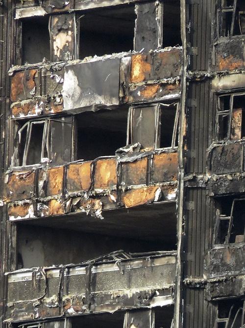 〔写真1〕断熱材がむき出しになったグレンフェル・タワーの外壁
