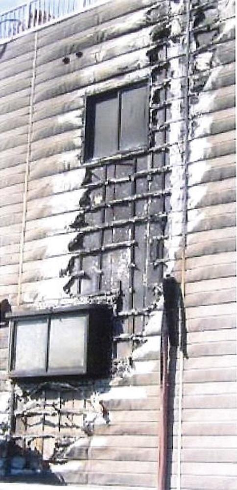 〔写真1〕金属パネルを張った住宅で燃え広がり