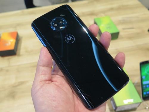 Moto G6 PlusとMoto G6は同じデザインで、背面パネルはリッチな質感