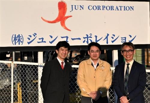 図5:ジュンコーポレイション前にて 中央に小板橋社長、左右が筆者ら
