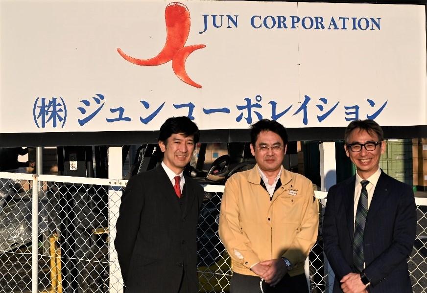 図5:ジュンコーポレイション前にて 中央に小板橋社長、左右が筆者ら (写真:ローランド・ベルガー)