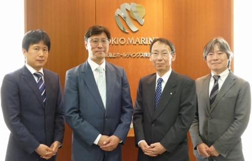 東京海上ホールディングスのTMHD-CSIRTのメンバー。IT企画部リスク管理グループの山崎洋祐マネージャー(一番左)とCSIRT長を務める黒山康治部長(右から2人目)、東信一マネージャー(一番右)。左から2人目は、東京海上日動火災保険でCSIRT長を務める宮本寿郎IT企画部リスク管理グループリーダー