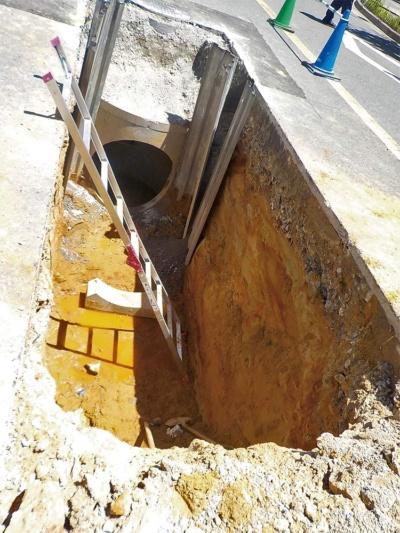 下水管が激突した現場。奥に見えるのはマンホールとの接続部で、事故は写真手前で起こった(写真:吹田市)