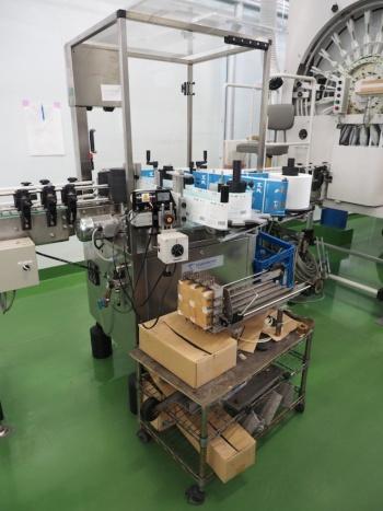 ラベルを瓶に張る機械。