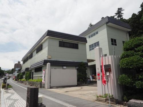 阿部勘酒造(本社宮城県塩釜市)工場(酒蔵)の外観。前面道路の拡幅によって敷地をセットバックしなければならなかったため、1994年に工場(酒蔵)を改築した。