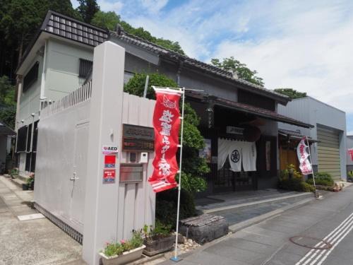 工場に隣接するオフィス兼店舗。阿部勘酒造の商品を購入できる。地域限定発売の酒も置いている。