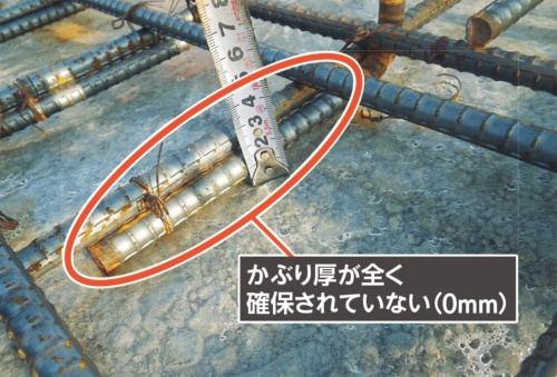 〔写真2〕スラブに鉄筋が接触。修正が必要な箇所だ(写真:カノム)