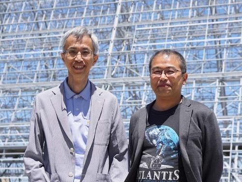 量子アニーリング方式の提唱者、東京工業大学の西森秀稔教授(左)とデンソーの門脇正史氏