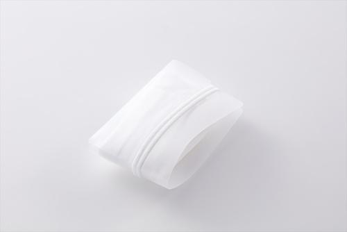 マスクを入れてガイドに沿って折り畳むと、名刺程度の大きさになる。マスクのひもで巻き付けるとその状態を保てるので、マスクをジャケットの胸ポケットやかばんなどにしまいやすい