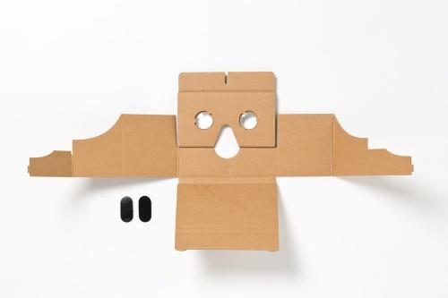 本体パーツは、1枚の段ボールで構成されている。パッケージ裏側に記載された手順通りに組み立てる。スマホの収納部分に使う面ファスナーが1組付属