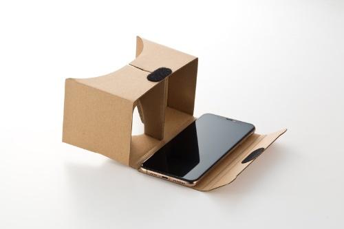 スマホをVRビューアーに収納して使う。パッケージには3.5型から6型までのスマホに対応すると記載されているが、6.5型のiPhone XS Maxでちょうどいい大きさ