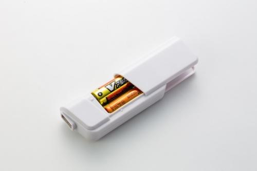 単3形乾電池を2本入れて使う。電子機器を充電するには、USBケーブルが必要