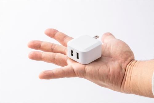 幅25×奥行き45×高さ45ミリ(実測値)。USB端子は2端子あり、2台の機器を同時に充電できる