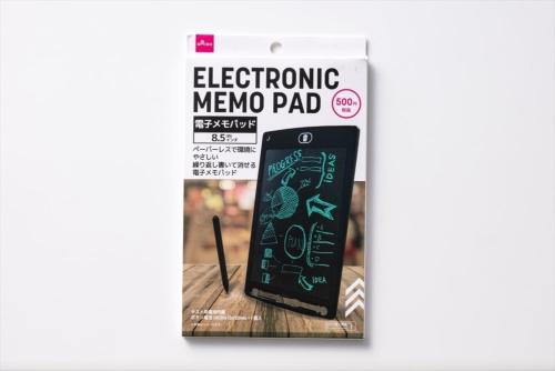 ダイソーで購入した「電子メモパッド」。サイズは幅147×奥行き226×厚さ4ミリ(実測値)、スクリーンは8.5型