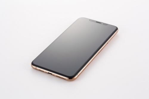 LCD Protective FilmをiPhone XS Maxに貼ってみた。保護フィルムの大きさは画面サイズとほぼ同じ。本体の縁までは守れない。フィルムの表面は光沢があるが、若干曇っているように見える