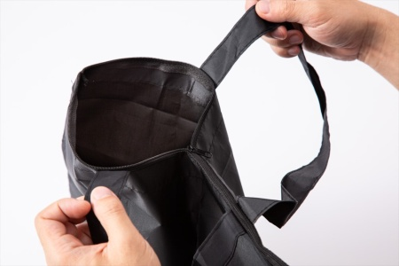 開口部にファスナーを備える。エコバッグを倒して置いても中身が外に飛び出ないので便利だ