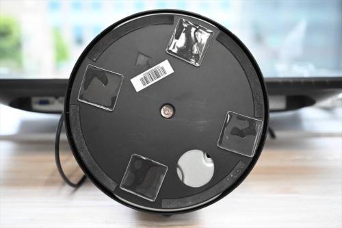 粘着マットはテレビやディスプレーの底面に貼り付けて使う。軟らかい素材で厚みがある。揺れを吸収し、機器をしっかりと固定できる
