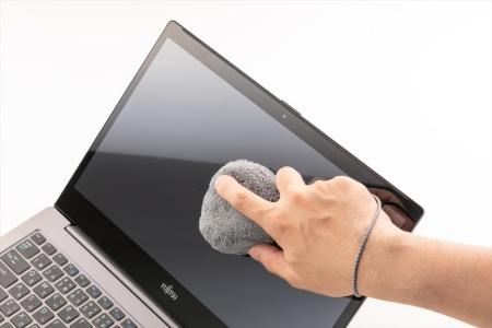 外側はマイクロファイバーで、中に柔らかいスポンジが収納されている。握りやすく軽い力で拭ける。パソコンの画面を拭くのにちょうどよい