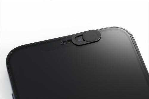 パソコンのWebカメラやスマホのインカメラのレンズを覆うように付属の両面テープで貼り付ける。貼り付け後はカバーをスライドするだけで、レンズを開閉できる
