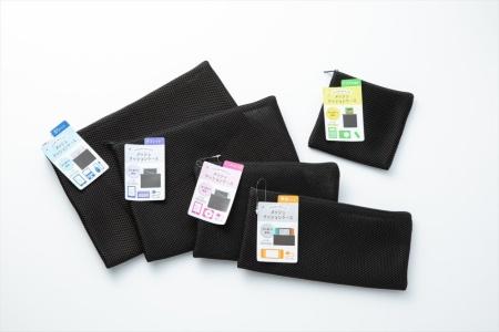 キャンドゥで売られていた「メッシュクッションケース」は、クッション構造を持つ布を素材に利用したソフトケース。5種類のサイズがある。左から、「B5サイズ」「タブレット」「ミニタブレット」「横長サイズ」。右上は「デジタル機器」