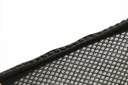 素材にメッシュ状の布が使われている。厚さは3ミリ程度もあり分厚い。内部はクッション構造になっていて、簡単な衝撃であれば抑えることができそうだ