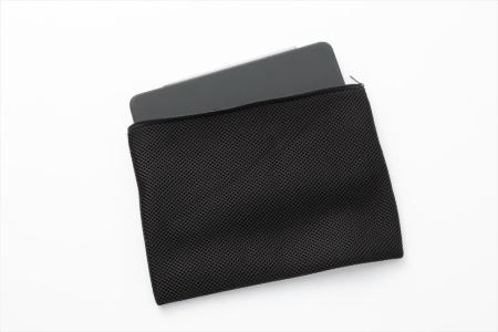 開閉部にはファスナーも備える。「タブレット(幅290×奥行き215ミリ)」用は、米Apple(アップル)の「iPad Pro」の11型を収納するのにちょうどよい