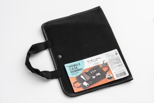 セリアで購入した「モバイル マルチケース ハンドル付」。USBメモリーなどの小物やケーブルを整理できるインナーバッグだ